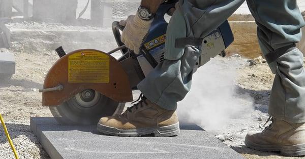 Kvartsikivestä rakennustyömailla ja muissa louhinta- ja kivitöissä irtoava kvartsipöly on asbestin jälkeen merkittävin ammattikeuhkosyövän aiheuttaja Suomessa.